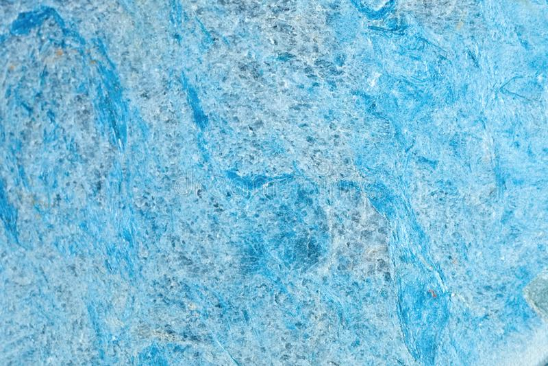 Makroschießen des natürlichen Edelsteins Die Beschaffenheit des Mineral-dumortierite entziehen Sie Hintergrund lizenzfreies stockfoto