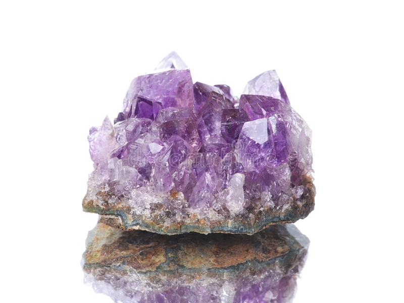 Makroschießen des natürlichen Mineralfelsenexemplars - Amethyststein lizenzfreie stockfotografie