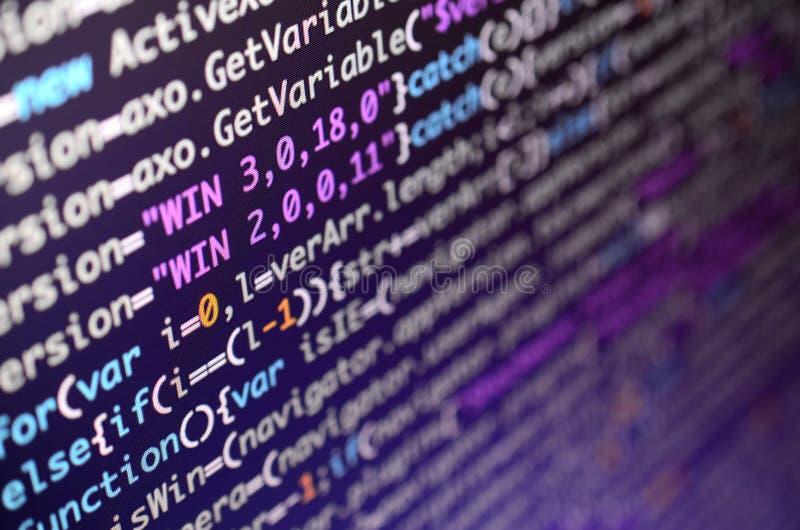 Makroschuß der Befehlszeile auf dem Monitor des Bürocomputers Das Konzept der Programmierer ` s Arbeit Informationslinie Fluss stockfotos