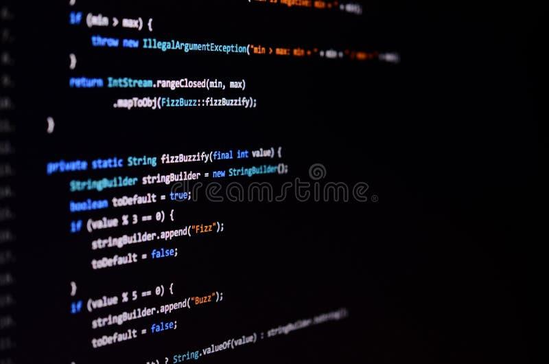 Makroschuß der Befehlszeile auf dem Monitor des Bürocomputers Das Konzept der Programmierer ` s Arbeit Informationslinie Fluss lizenzfreie stockfotos