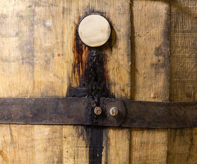 Makroschuß des Pfropfens im hölzernen Bourbonfaß lizenzfreie stockfotografie