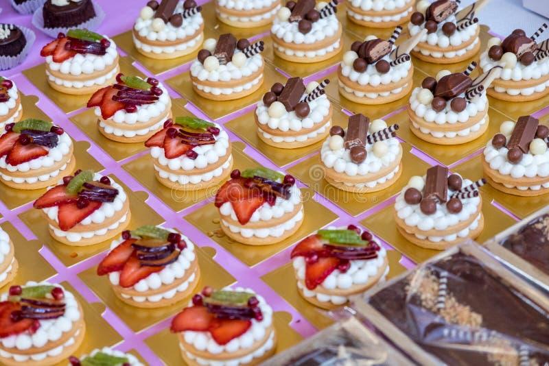 Makroschuß von köstlichen Vanillepuddingtörtchen mit Erdbeeren, Kiwi lizenzfreies stockbild