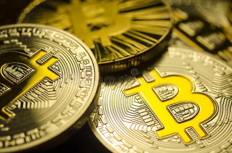 Makrosikt av skinande mynt med det Bitcoin symbolet på mörk bakgrund fotografering för bildbyråer