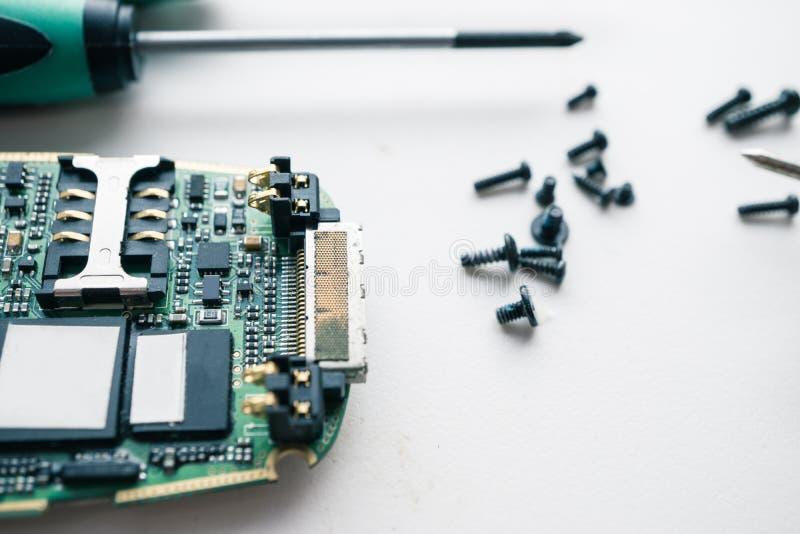 Makroskott av den demonteraa brutna smartphonen som är klar för reparation arkivfoto