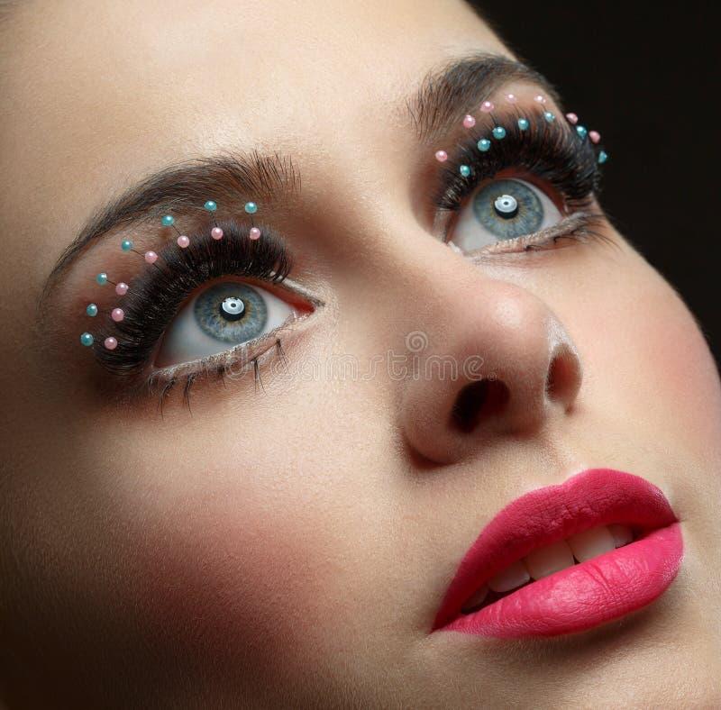 Makroskott av kvinnas härliga öga med extremt lång eyelashe arkivfoton