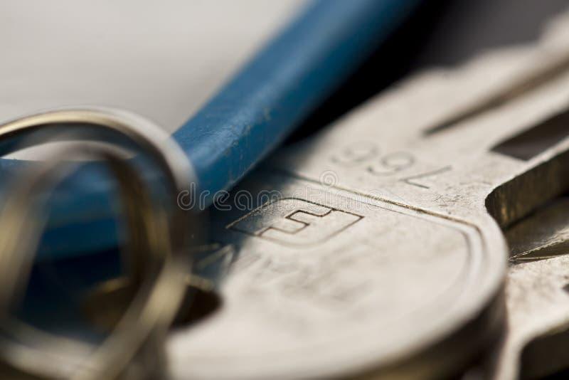 Makroskott av tangenter överst av tabellen royaltyfria foton