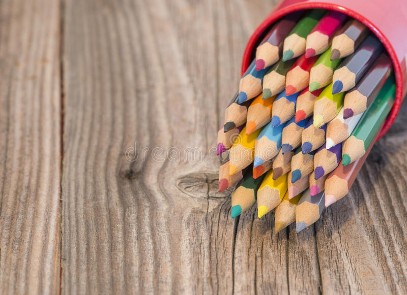 Makroskott av vässade färgrika blyertspennor royaltyfri fotografi