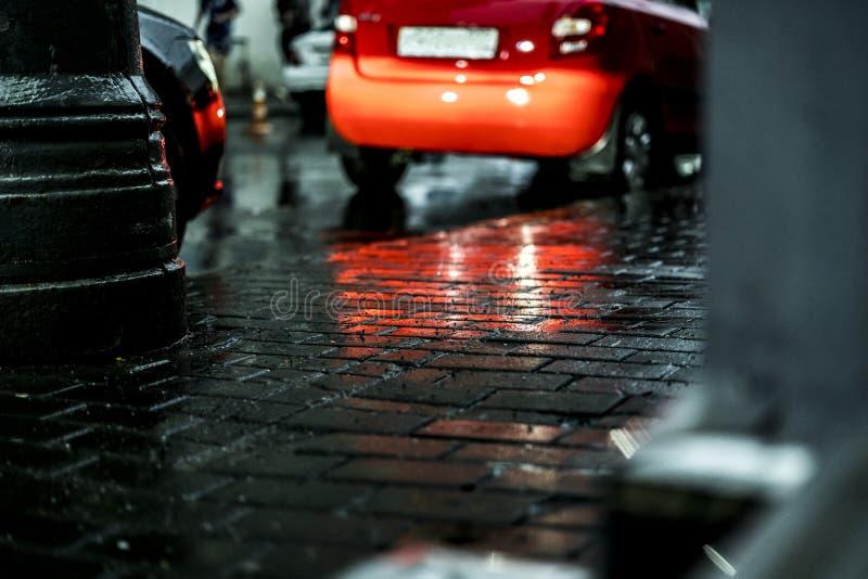 Makroskott av våt kullersten för stadsgatagolv under regn i Europa royaltyfri foto
