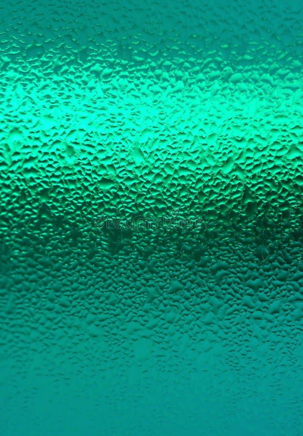 Makroskott av vattensmå droppar på den blå turkos färgade flaskan, vertikalt foto för abstrakt bakgrund arkivfoton