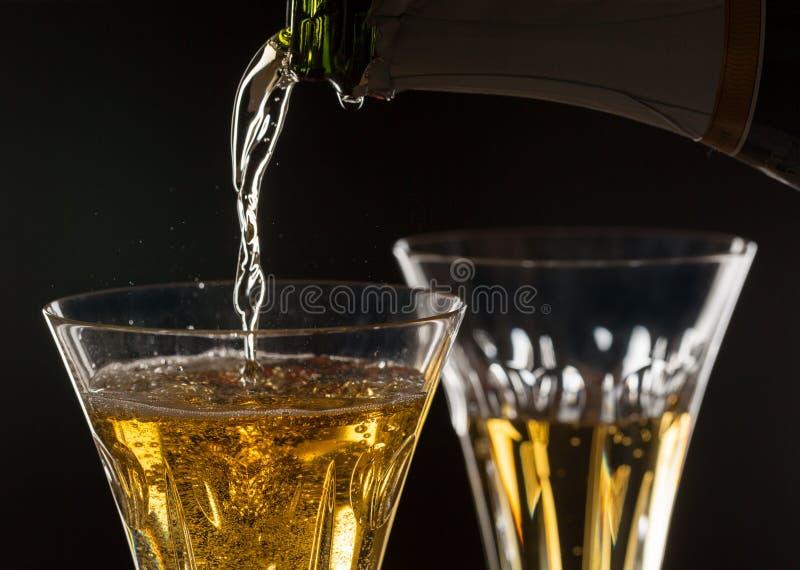 Makroslut som skjutas av hjärta i champagneexponeringsglas royaltyfri bild