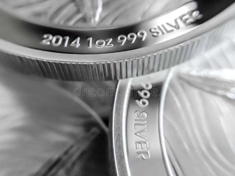 Makroslut upp av ett 999% silverguldtackamynt arkivfoton