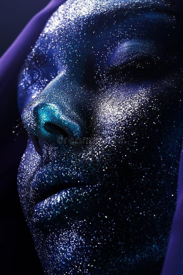 Makrostående av kvinnan i violett målarfärg arkivfoto