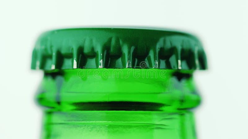 Makrovideo der grünen Bierflasche, Metallabdeckung lizenzfreie stockfotos
