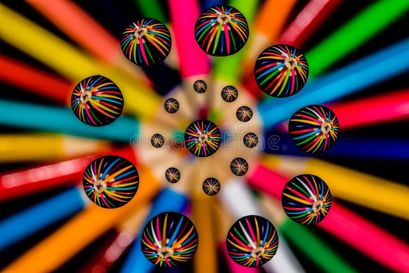 Makrowasser-Tropfen und farbiges Bleistift-Zusammenfassungs-symmetrisches Muster stockbild