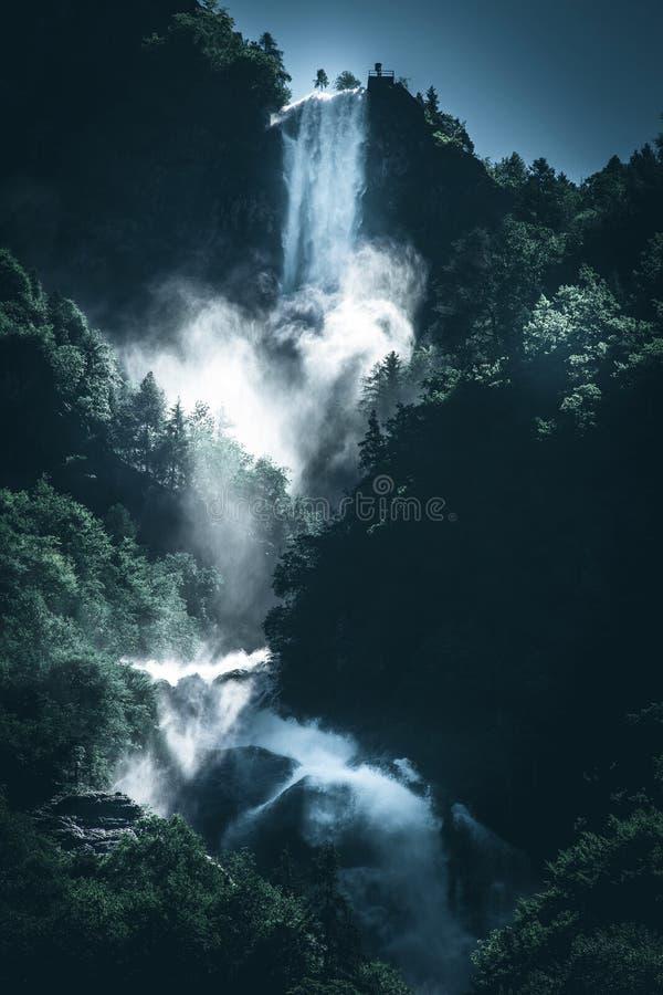 Makt av bild för stil för lynne för vattenfallvatten en mörk royaltyfria foton