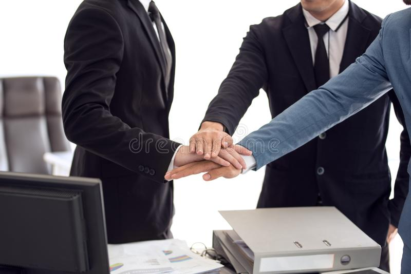 Makt av samarbete, sammanfogande händer för affärslag tillsammans arkivbild