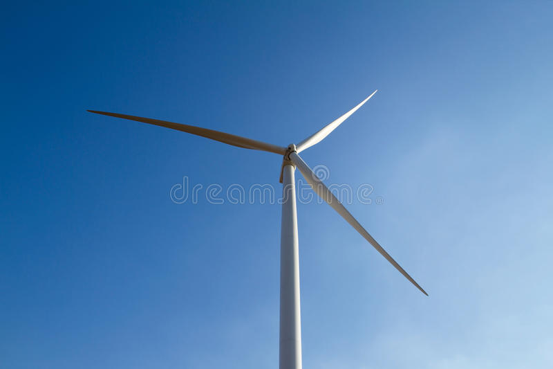 Makt av vindturbinen som frambringar elektricitet arkivfoton