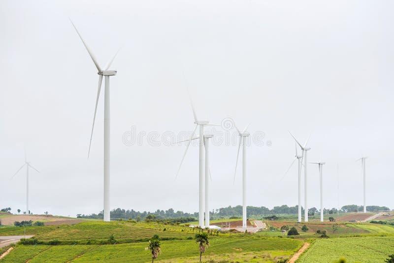 Makt av vindturbinen som frambringar ren energi för elektricitet med M fotografering för bildbyråer