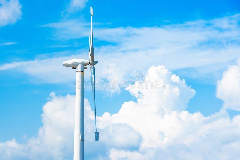 Makt av vindturbinen som frambringar ren energi f?r elektricitet med molnbakgrund p? den bl?a himlen global ekologi clean energi fotografering för bildbyråer