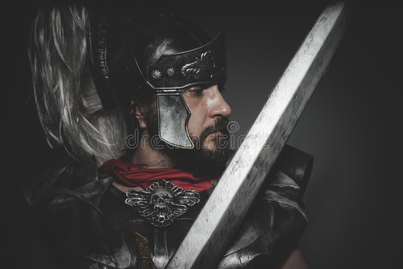 Makt, Praetorian romersk legionär och röd kappa, harnesk och svärd arkivfoto
