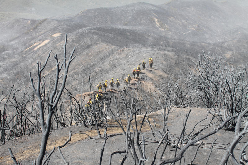 Makthusbrand ~ Santa Clarita Mountains ~ sommar av 2013 arkivbilder
