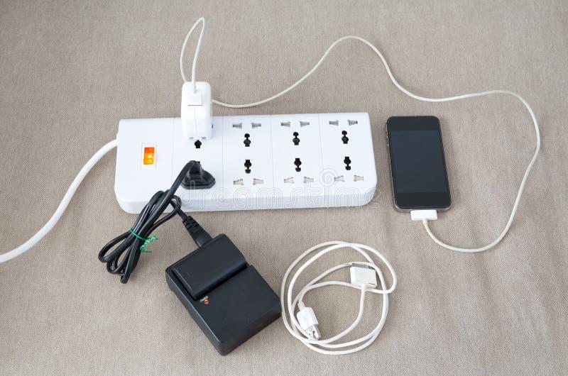 Maktkabel med flera adapter och uppladdare för olikt electr royaltyfri foto