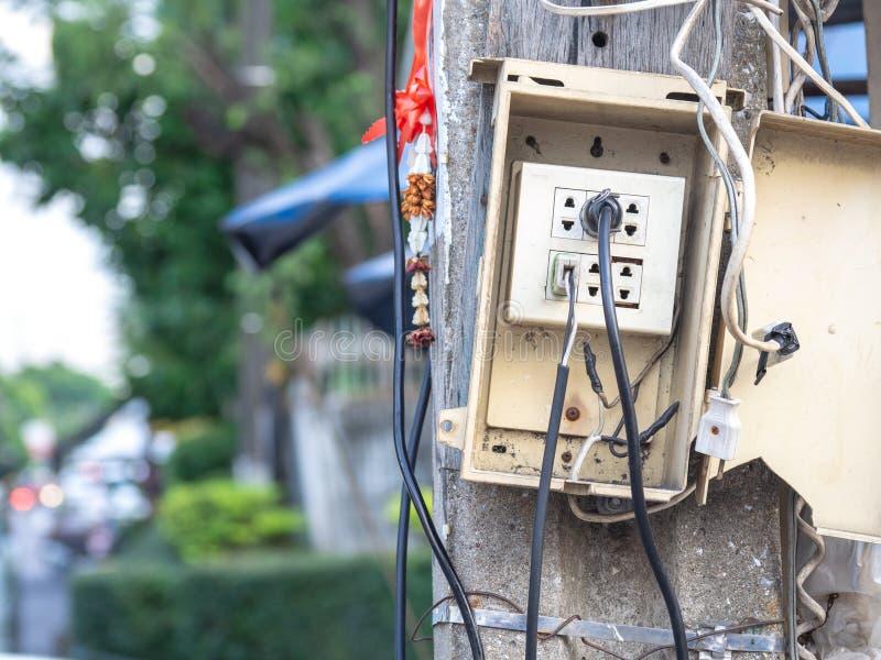 Maktproppar är enkla Och utan hänseende till säkerhet Läcka och brand för orsak elektrisk royaltyfria foton