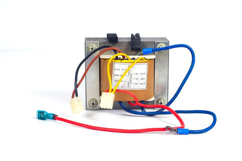 Makttransformatorer för att leverera som är elektroniskt på vit bakgrund arkivbilder