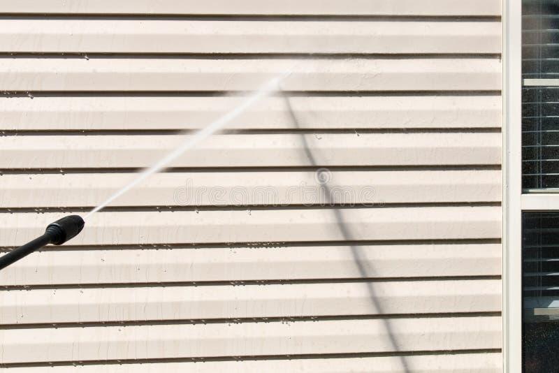 Makttvagning Sidrengöra för husvägg med högtryckwat royaltyfri fotografi