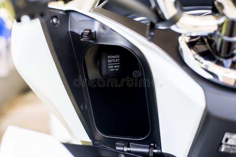 Maktuttag för uppladdaremobilephone på en modern motorcykel, en övre och selektiv fokus för slut royaltyfri fotografi