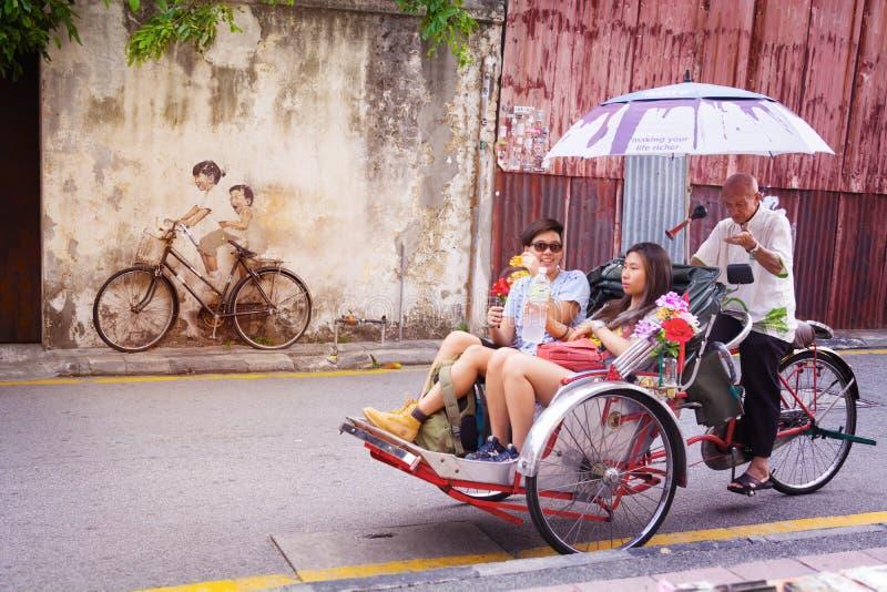 MALÁSIA, PENANG, GEORGETOWN - CERCA DO JULHO DE 2014: Uma bicicleta real, j imagem de stock