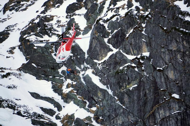 Malá Studenà ¡ dolina - Vysoké Tatry/Slowakije - Februari 15, 2019: De Helikopter van de bergredding in Hoge Tatras Vysoké Tat royalty-vrije stock foto