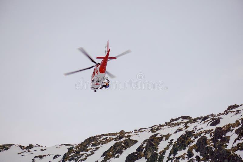 Malà ¡ Studenà ¡ dolina - Vysoké Tatry/斯洛伐克- 2019年2月15日:山在高Tatras Vysoké Tatry的抢救直升机 免版税库存照片