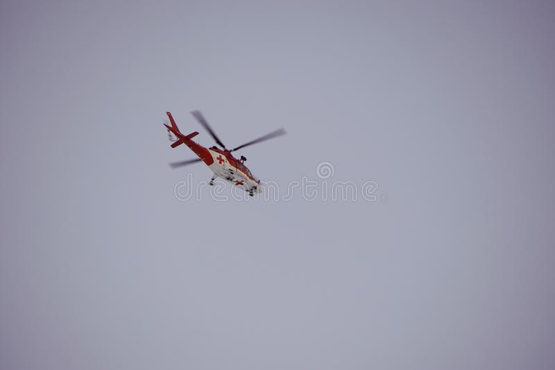 Malà ¡ Studenà ¡ dolina - Vysoké Tatry/斯洛伐克- 2019年2月15日:山在高Tatras Vysoké Tatry的抢救直升机 库存图片