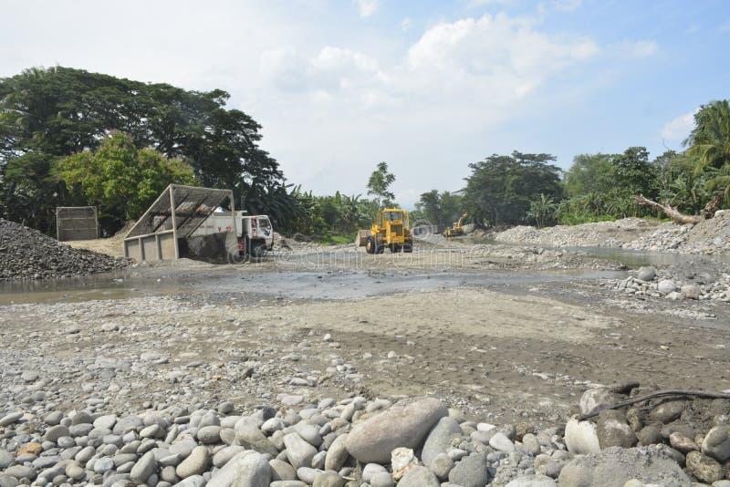 Mal河, Matanao,南达沃省,菲律宾的沙子和石渣提取 库存图片