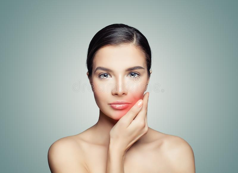 Mal de dents Femme triste touchant sa main sa joue rouge photo stock