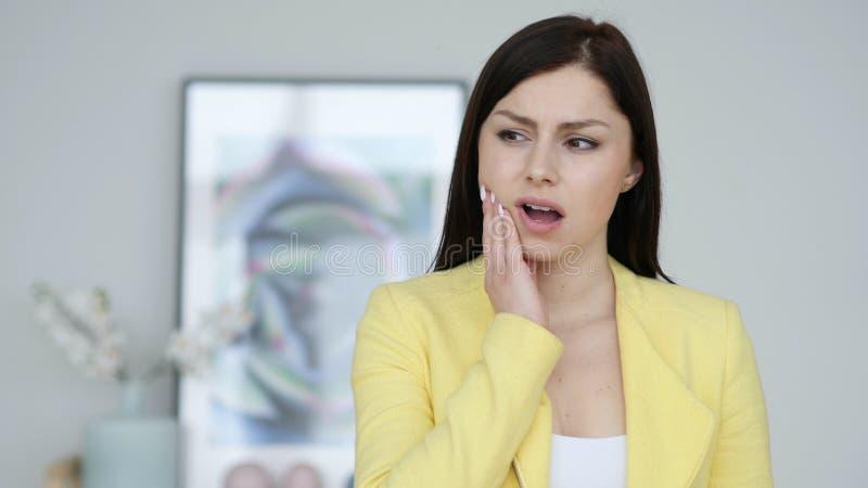 Mal de dents, jeune femme avec l'infection de dent photos stock