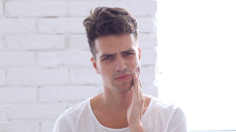 Mal de dents, jeune homme avec l'infection de Toth images stock