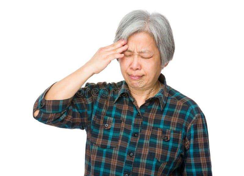 Mal de tête asiatique de sensation de dame âgée photos libres de droits