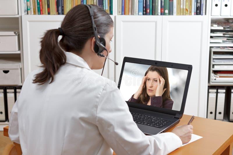 Mal de tête en ligne de patient d'appel de docteur photos libres de droits