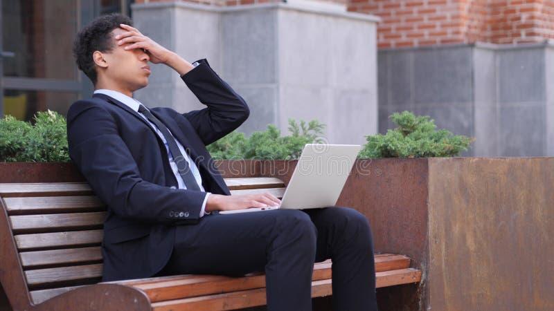 Mal de tête, portrait de jeune concepteur tendu dans le bureau image libre de droits