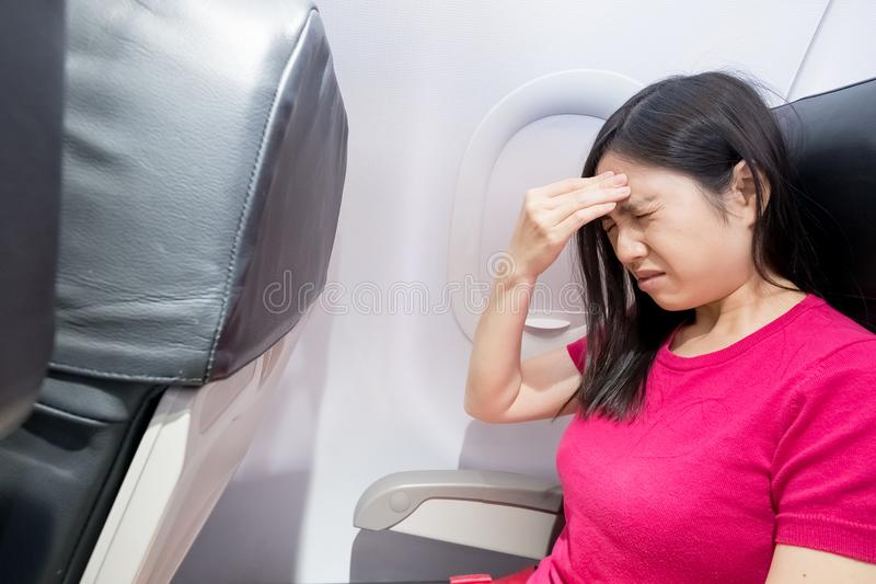 Mal de tête de sensation de femme dans l'avion photos libres de droits