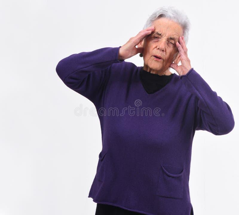 Mal de tête supérieur de femme sur le fond blanc photos stock