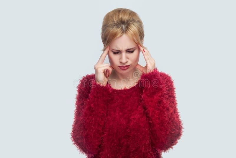 Mal de tête, tristesse, confusion ou concentration Portrait seule d'inquiétude de belle jeune femme blonde dans la position rouge photos libres de droits