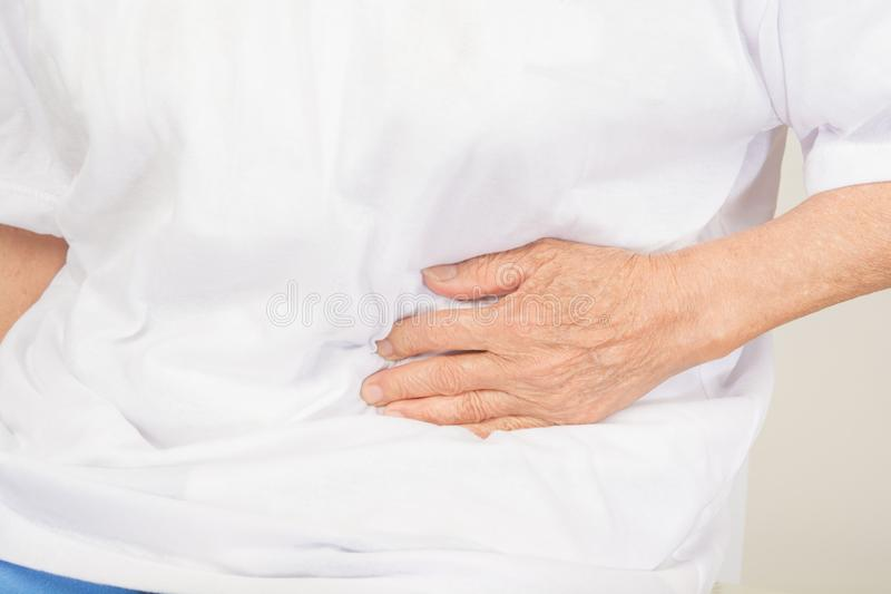 Mal de ventre chez dames âgées photos stock