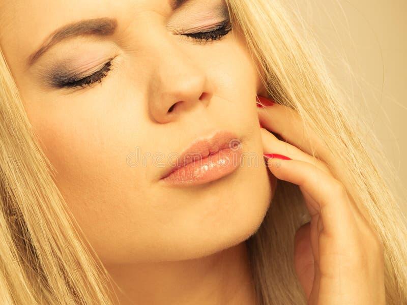 Mal di denti donna che soffre dal dolore di dente fotografia stock