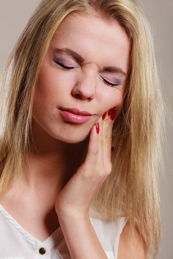Mal di denti donna che soffre dal dolore di dente immagini stock libere da diritti