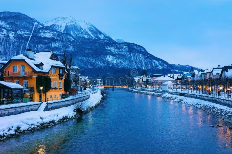 Mala ciudad de Ischl del balneario y de la estación de esquí de Austria por la tarde fotos de archivo