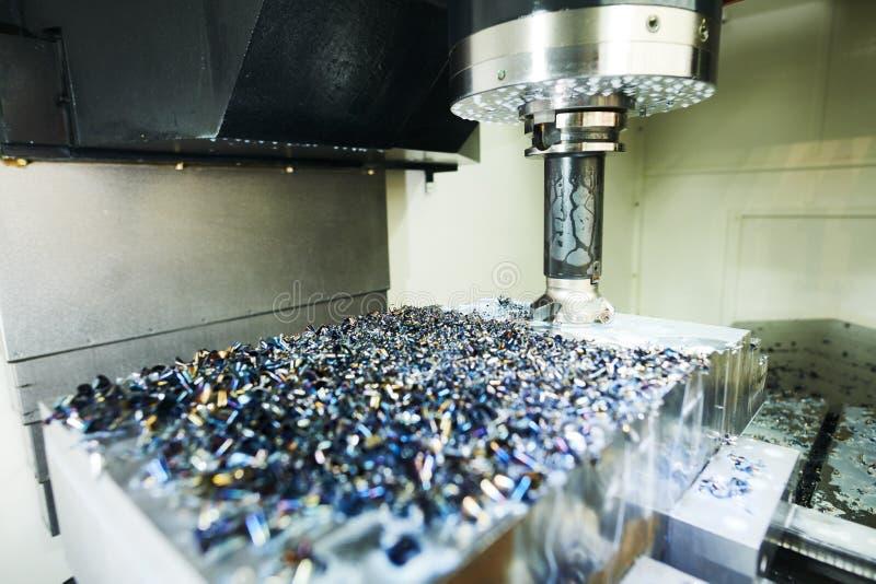 Mala cnc-maskinen på metallarbetsbransch Multitool precision som tillverkar och bearbetar med maskin royaltyfri bild
