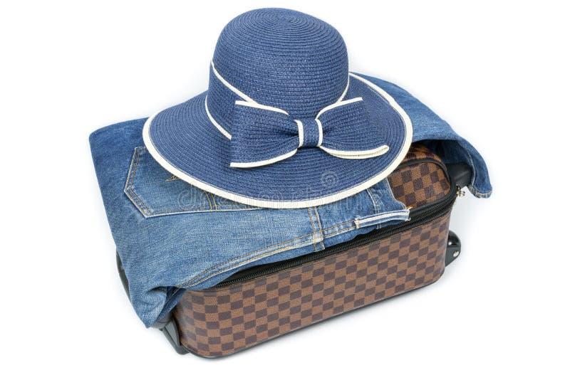Mala de viagem, brim e chapéu no fundo branco, conceito do curso imagens de stock royalty free